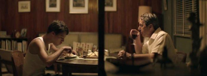 Hlavní hrdina Armando si užívá klidné večeře.