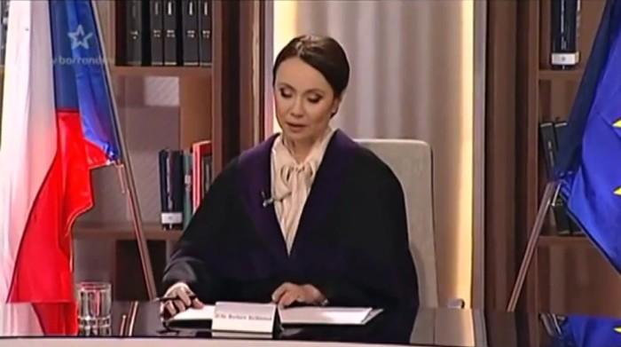 Soudkyně Barbara zasedá ve své jednací síni.